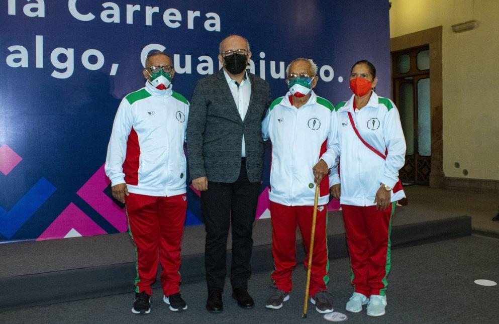 Atletas de la Carrera de la Libertad trasladan el fuego simbólico a Dolores Hidalgo, Guanajuato